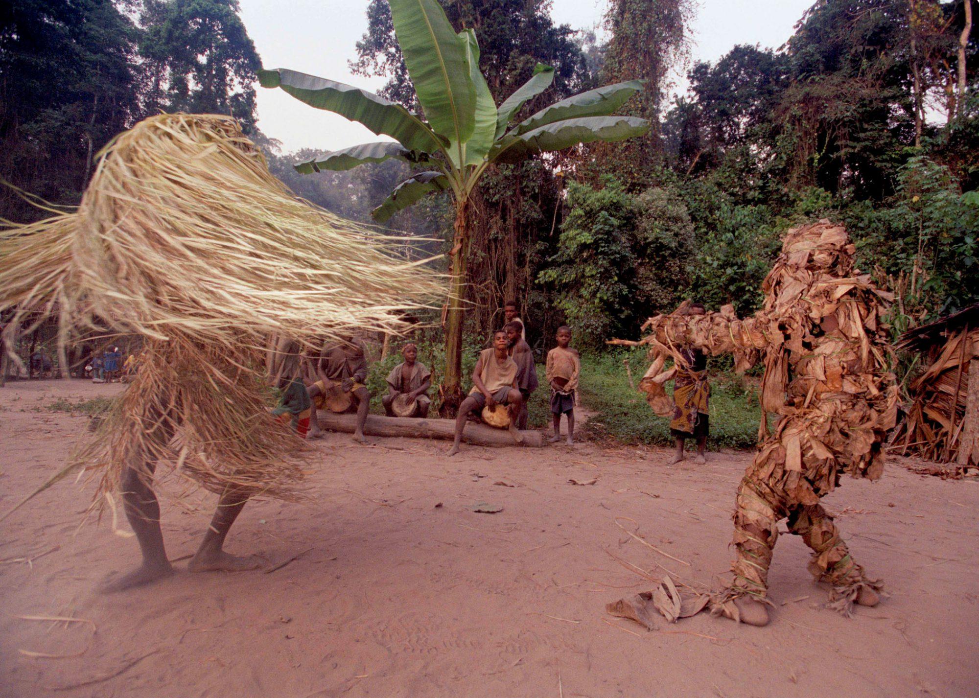 Engedi, die Waldgeister, beim Mo-Kondi-Tanz