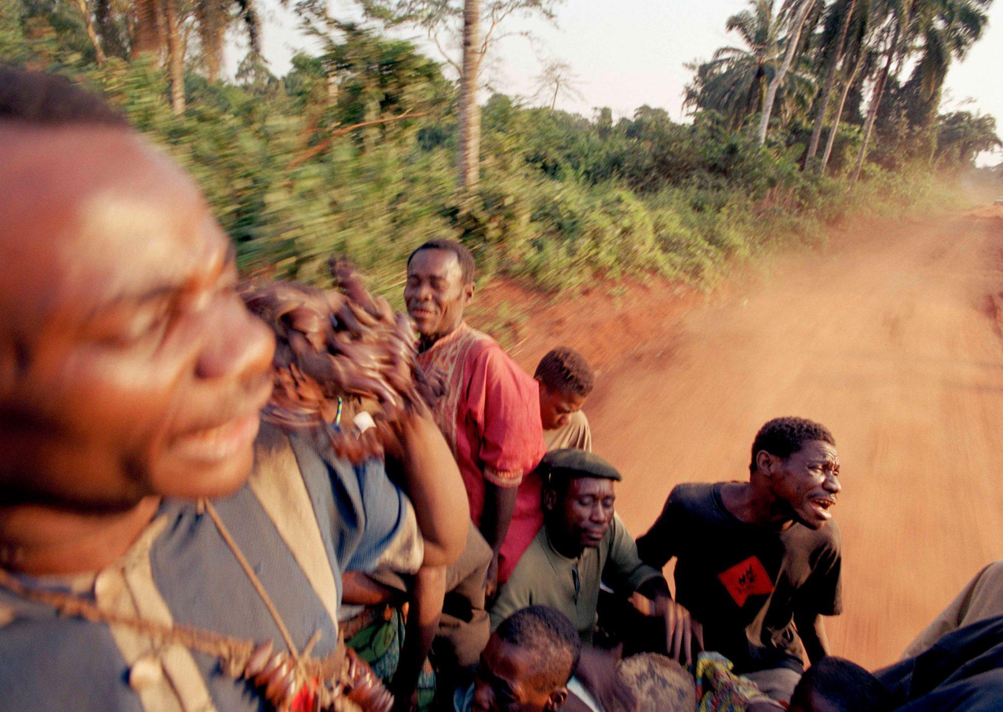 Die MUsiker und Sänger unterwegs zu einem Nachbarstamm